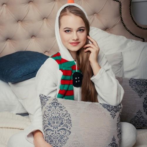 パジャマを着た女性がベッドの上に座っている画像