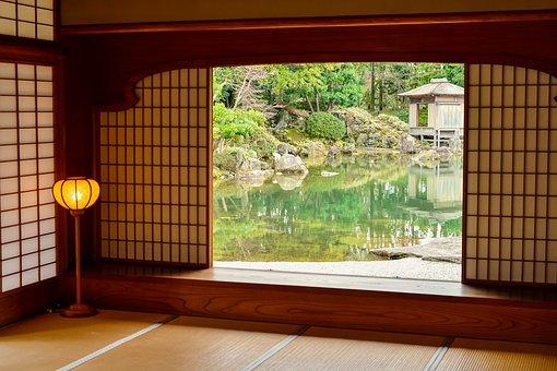 日本家屋から見える庭園