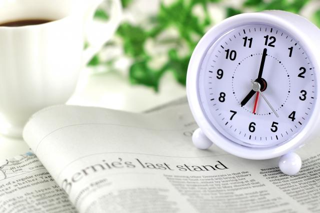 本の上に置かれた時計
