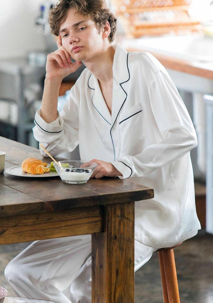メンズシルク長袖トップスパジャマ 23,760円(税込)/メンズシルクロングパンツパジャマ 19.440円(税込)