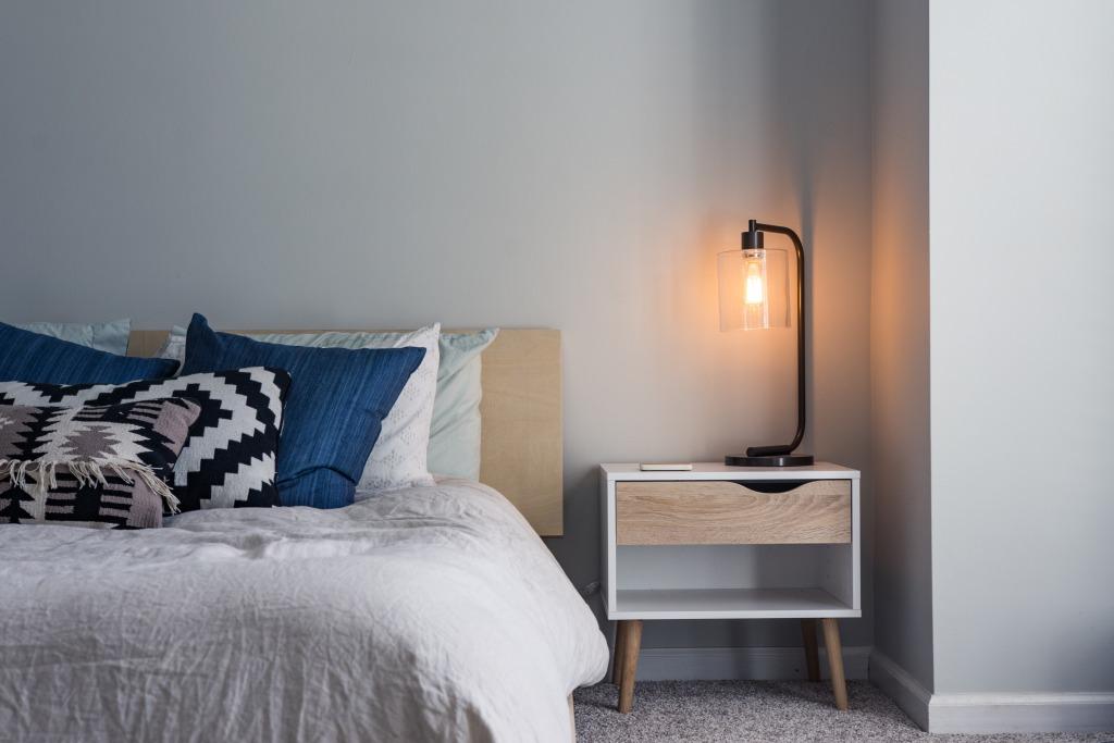 ライトのついたベッドルーム