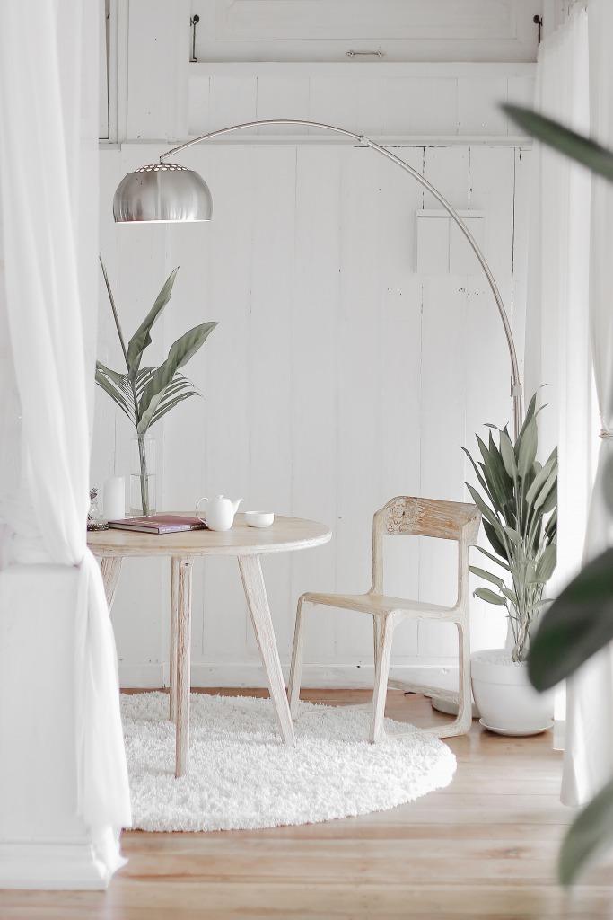 ホワイト系のシンプルな部屋