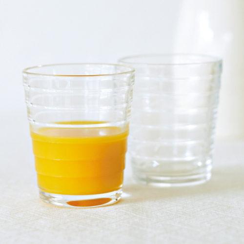 オレンジジュース入りグラス
