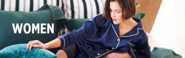 シルクパジャマを着た女性