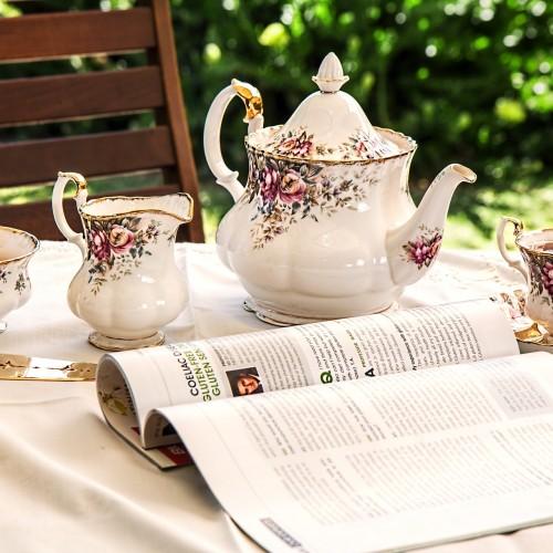茶器に注がれた紅茶