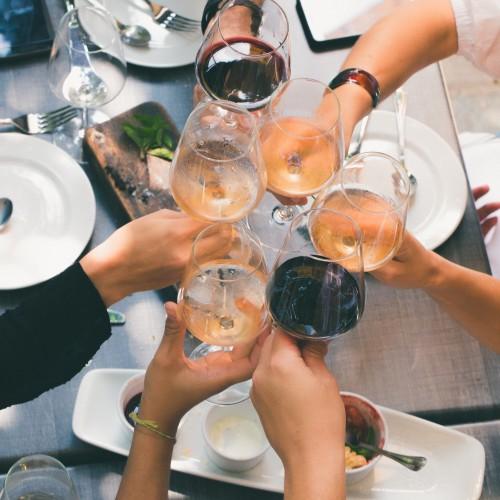 皆でワイングラスを持って乾杯