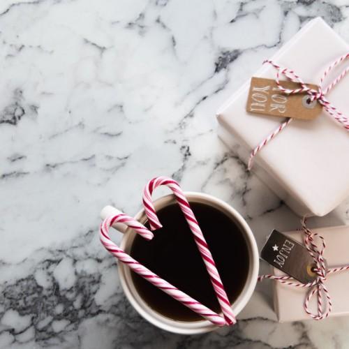 プレゼントボックスとコーヒー