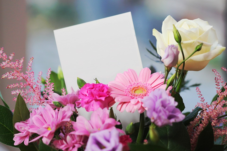 花束に手紙が挟まっている様子