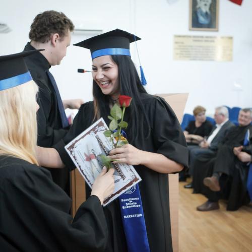 卒業式で笑う女性