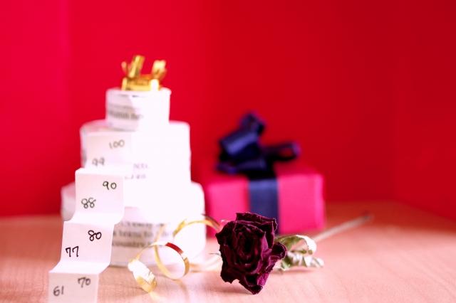 長寿を祝うケーキ赤いプレゼントと壁紙