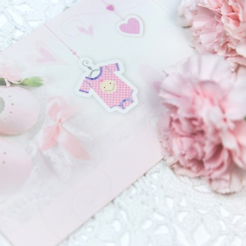 ピンクのベビーシューズとカーネーション