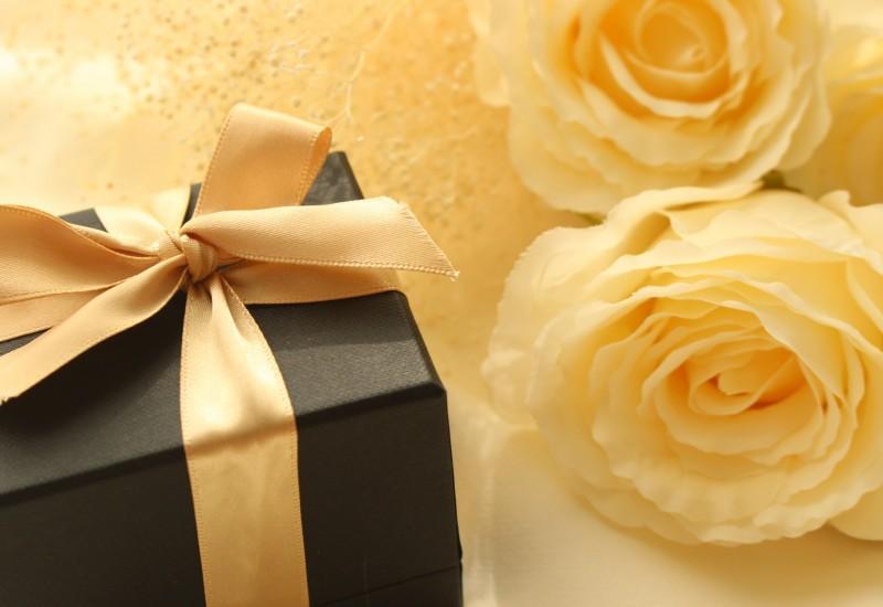 黄色のバラ2本とネイビーのプレゼントボックス