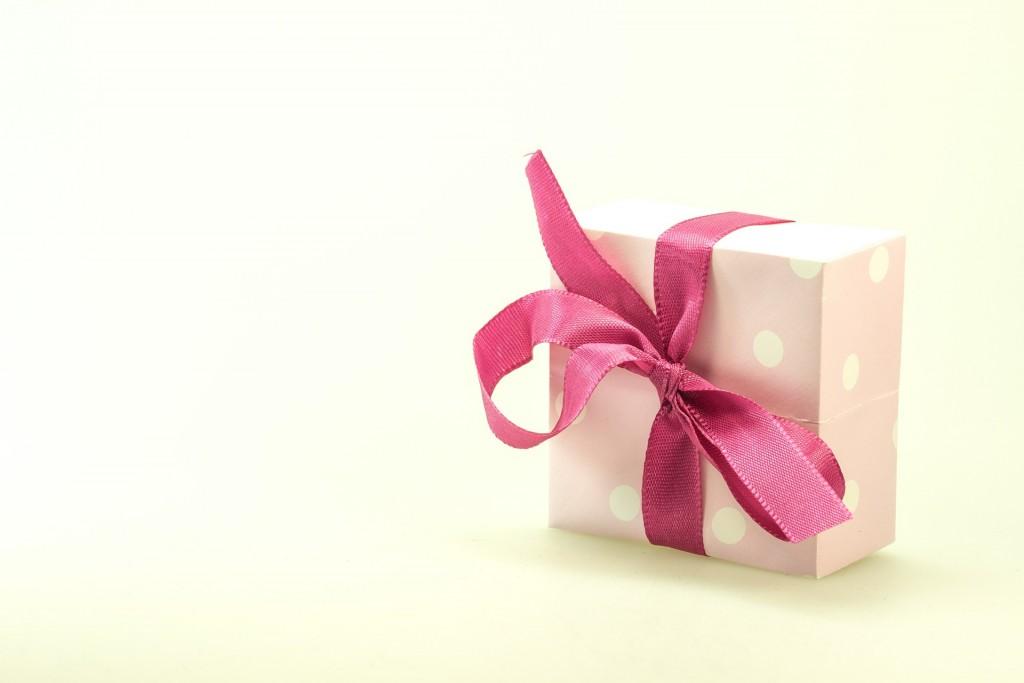 ピンク色のリボンのギフトボックス