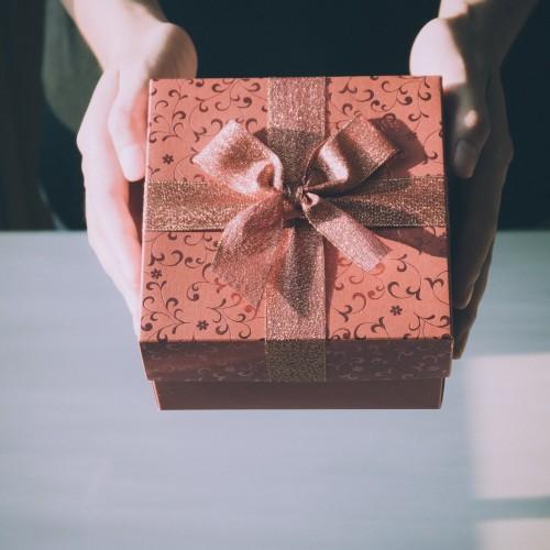 プレゼントボックスを持つ手の画像