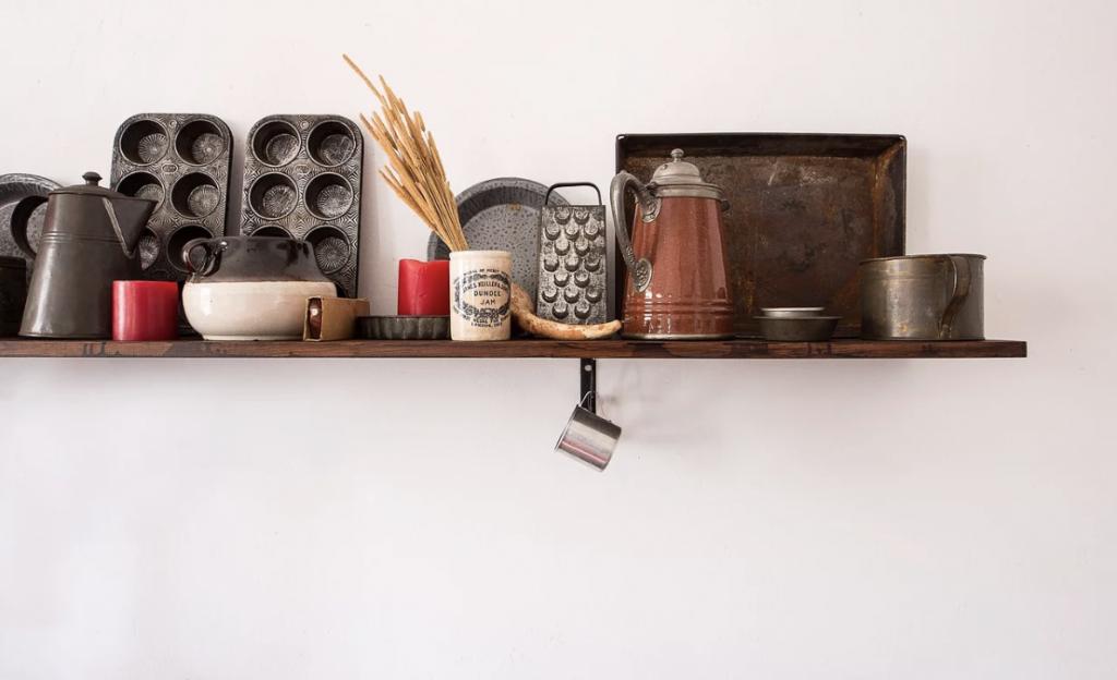 家電製品やポットが並ぶ棚