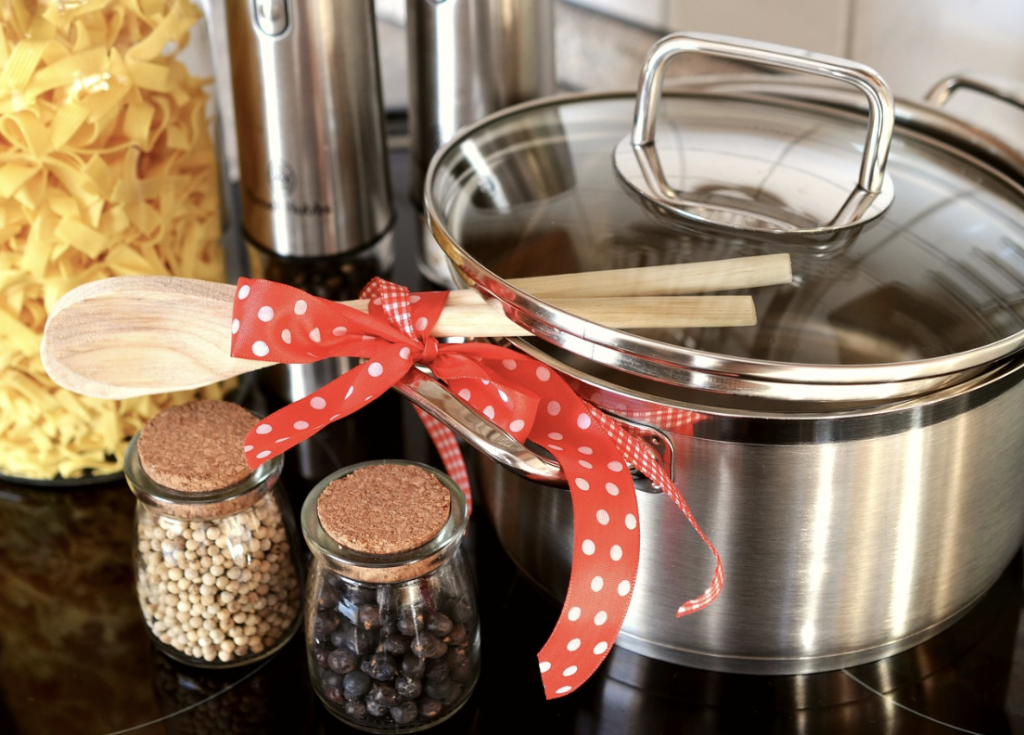 パスタと鍋と木のヘラ