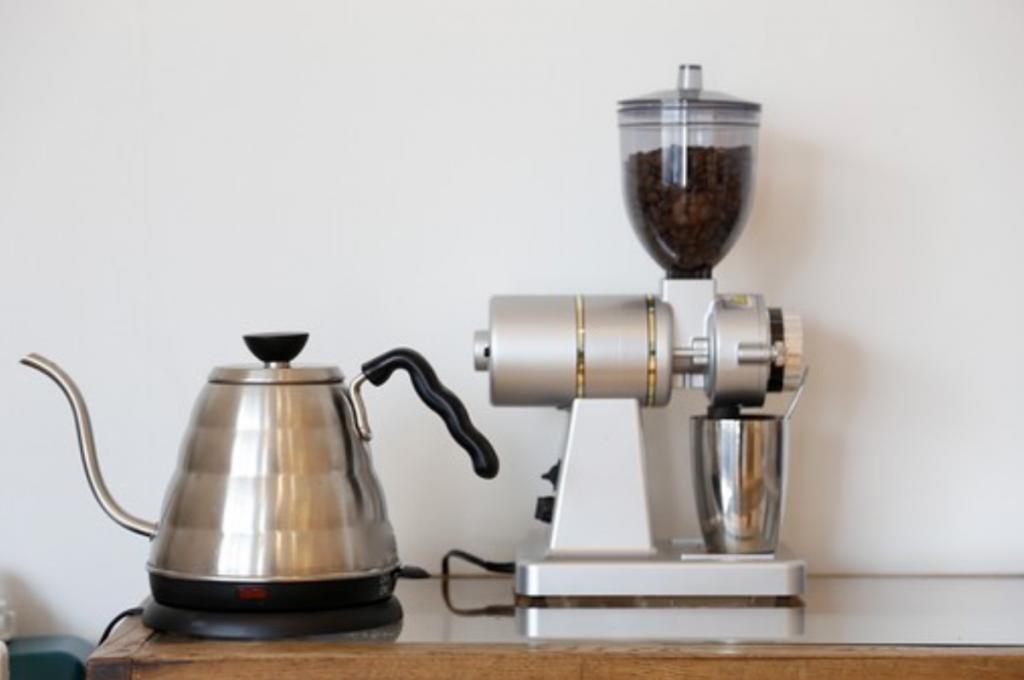コーヒー豆とコーヒーメーカー