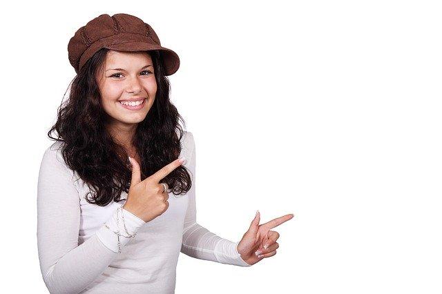 両手でポイントを示す女性