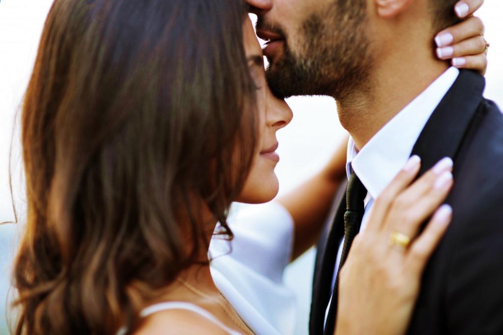 抱き合う夫婦の画像