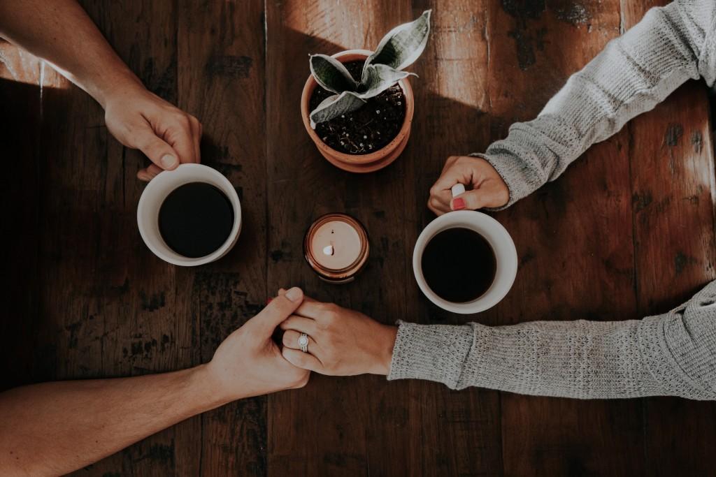 コーヒーを持つ夫婦の画像
