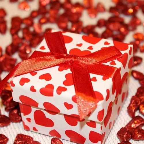 赤色で敷き詰められたプレゼント
