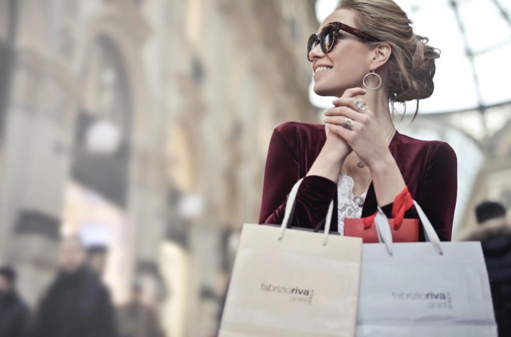 女の人がショッピングバッグをたくさん持っている