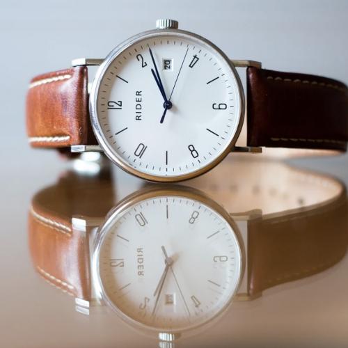 革のベルトの腕時計
