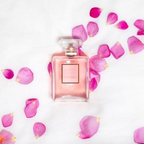 香水とお花が置かれている画像